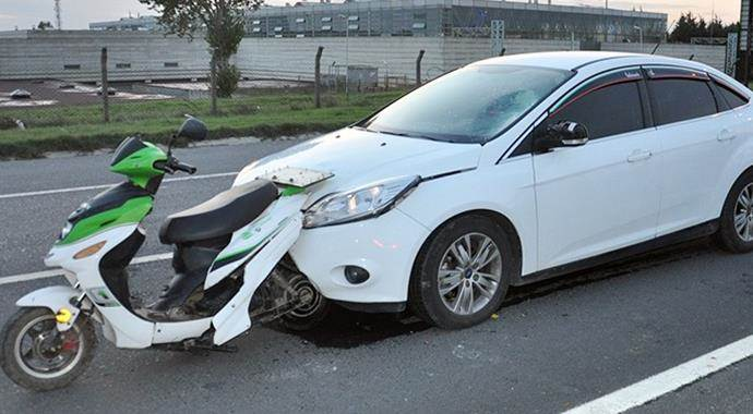 Motosiklet otomobile saplandı