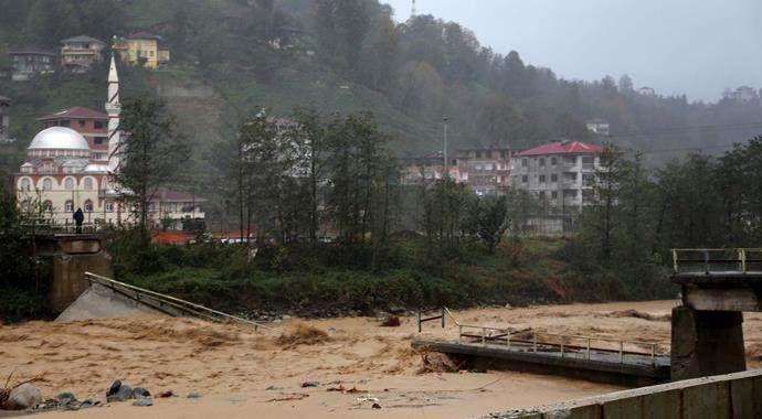 Rize'de yağış köprü yıktı, okullar tatil!