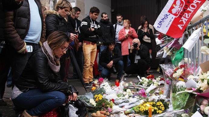 Parisliler saldırılarda hayatını kaybedenleri anıyor