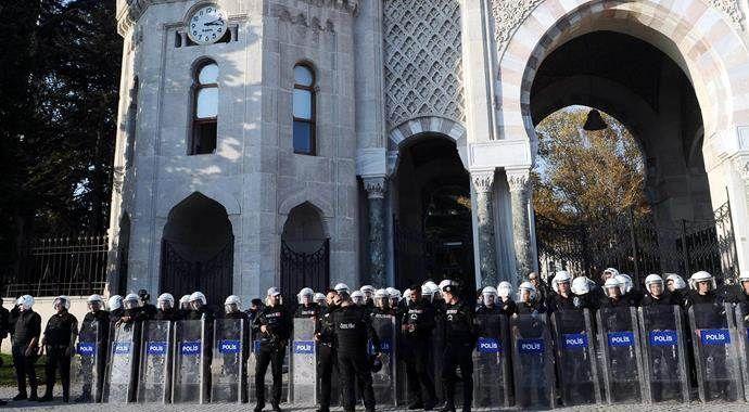 İstanbul Üniversitesi önünde eylem yapan gruba polis müdahalesi