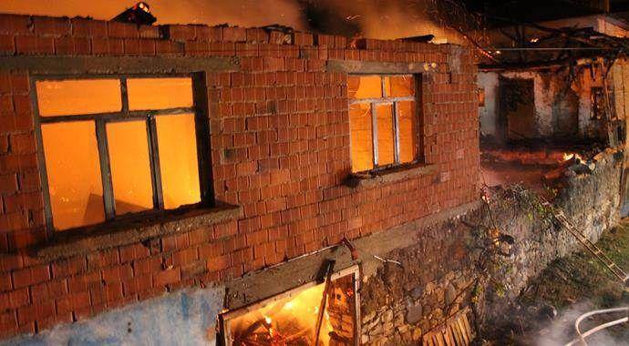Manisa'da korkutan yangın, kül oldu!