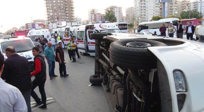 Yolcu minibüsü otomobil ile çarpıştı, 10 yaralı var