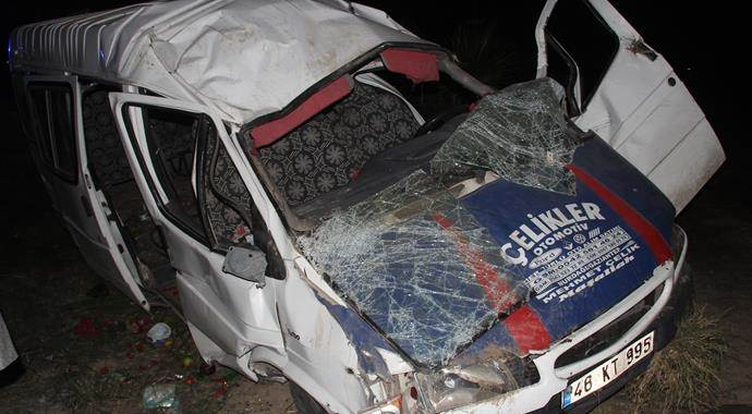 Adana'da tarım işçileri taşıyan minibüs devrildi, 12 yaralı var