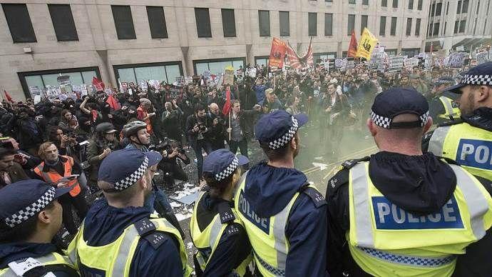 Londra'da öğrencilerden ücretsiz eğitim protestosu