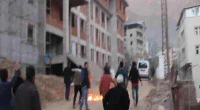 Şemdinli'de halk barikat kuran PKK'lı teröristleri taşla kovaladı