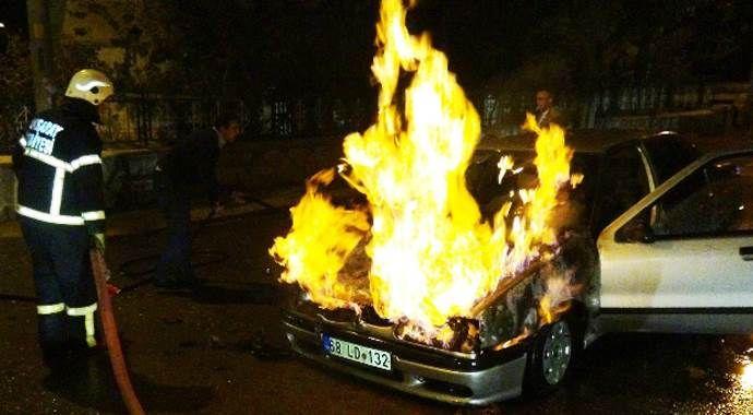 Otomobili alev alev yandı