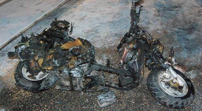 Otomobile çarpan motosiklet kül oldu