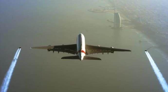 Jet adamlar dünyanın en büyük yolcu uçağıyla yan yana uçtu