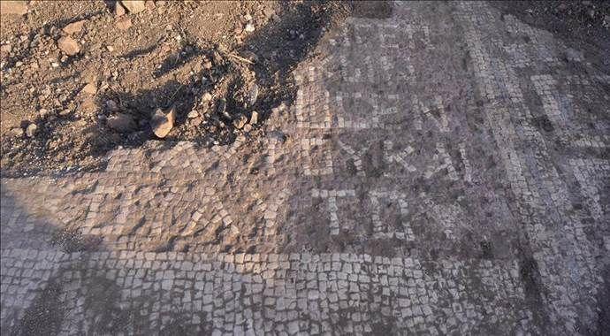 Kaçak kazıyla bulunan taban mozaiğine koruma