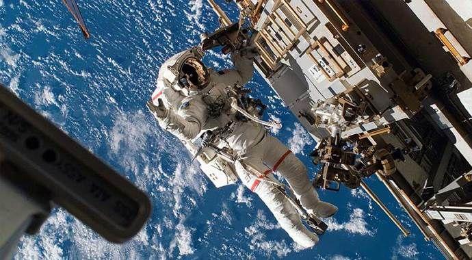 UUİ'deki astronotlar uzay yürüyüşünde