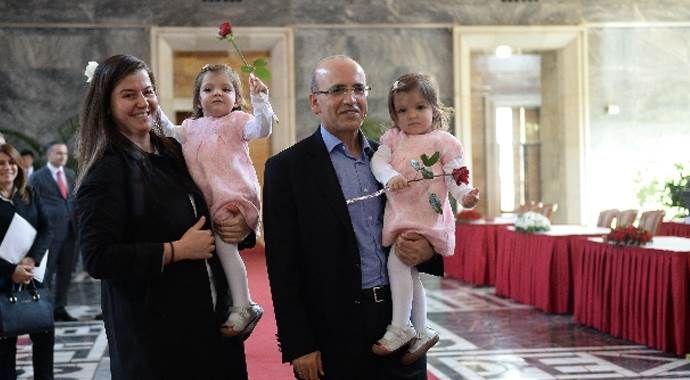Meclis'e ikiz kızlarıyla geldi