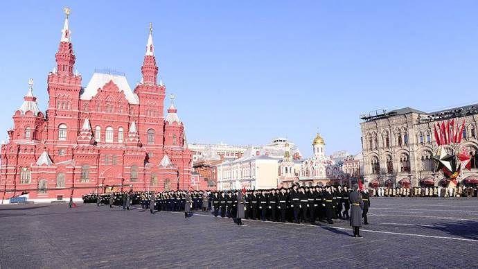 'Sovyet askerleri' Kızıl Meydan'da yürüdü