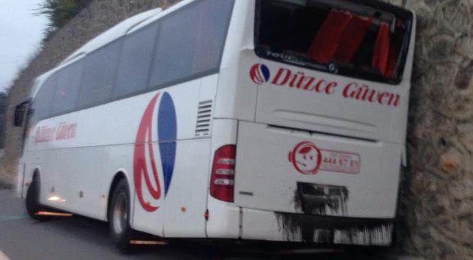 Otobüs istinat duvarına çarptı: 1 ölü, 1 yaralı