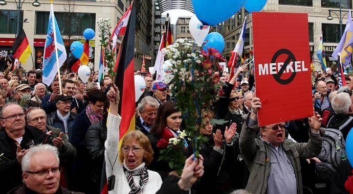 Göçmen karşıtı binlerce Alman, Berlin'i savaş alanına çevirdi