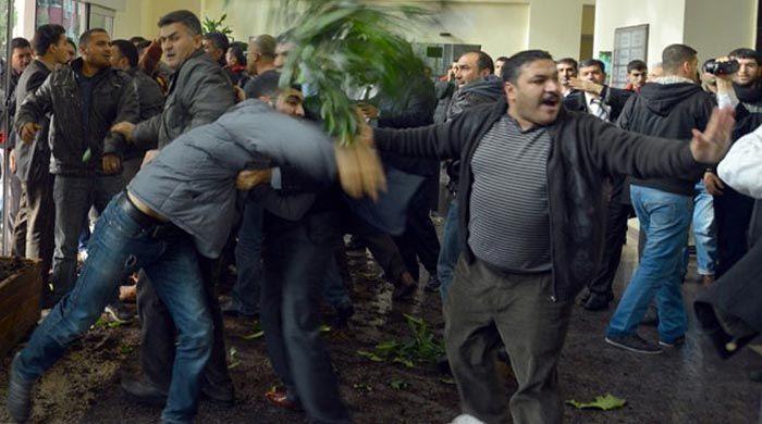 Kızgın esnaf, Adana belediyesini bastı
