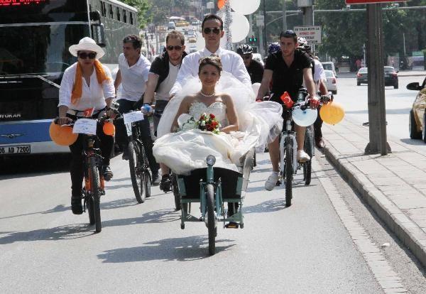 Bisikletli düğün konvoyu
