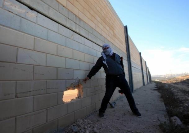 Filistinliler Ayrım Duvarı'nda delik açtı