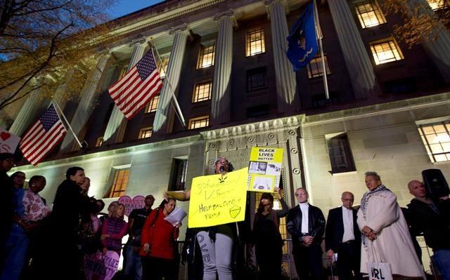 Ferguson kararları ve polis şiddeti Washington'da protesto edildi