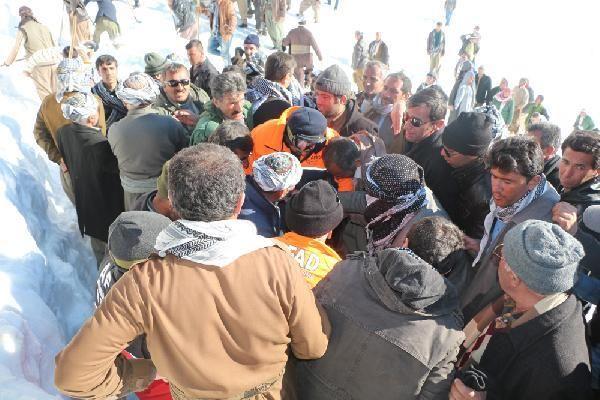 Çığ altındaki İranlı'dan 2'sinin cesedine namaz sonrası ulaşıldı