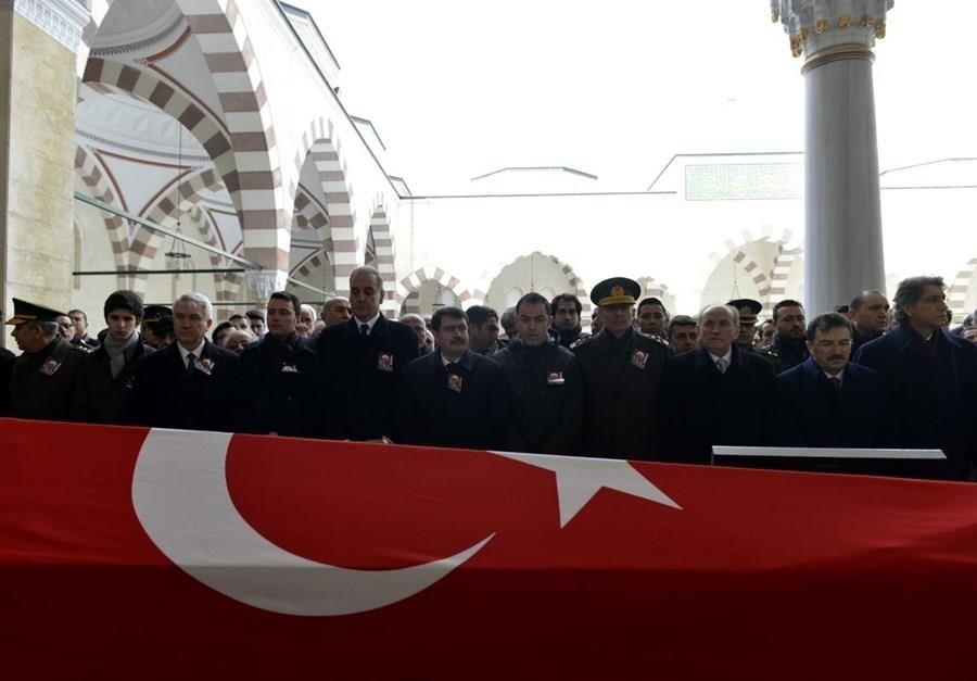 Mahir Kaynak'ın cenazesinde esrarengiz çelenk