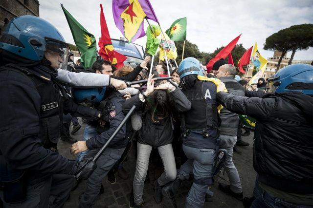 İtalyan polislerinden terör yanlılarına dayak