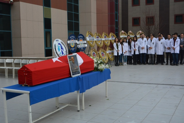 Öğrenciler cenazeyi derse götürdü!