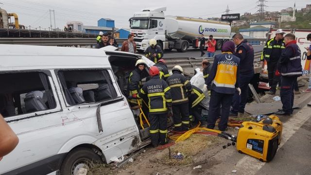 Kocaeli'de tır ile minibüs çarpıştı, vali ve kaymakamların eşleri yaralandı