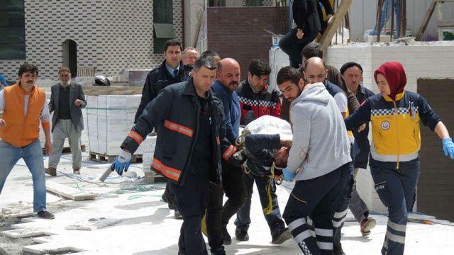 Sancaktepe'de vinç direği işçinin üstüne düştü