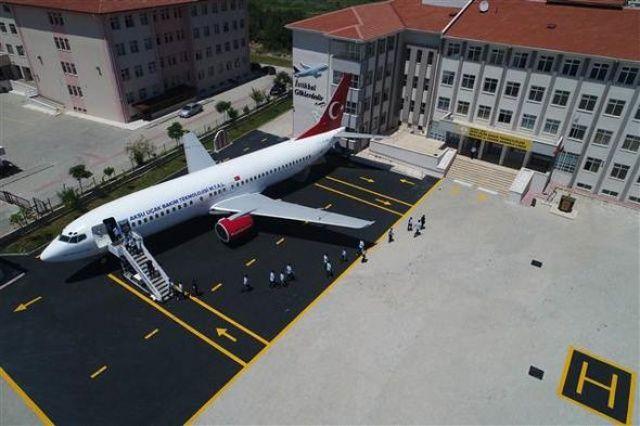 Bakan Çavuşoğlu devreye girdi! Okul bahçesine uçak kondu…