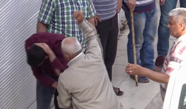 Yaşlı adamdan oğluna meydan dayağı