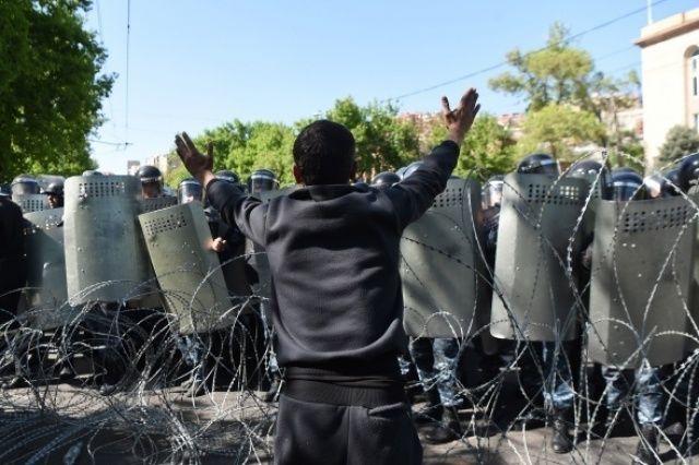 Erivan'da göstericiler yolları kapattı!