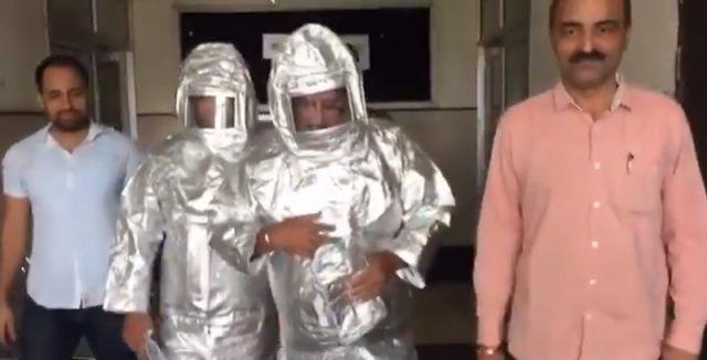 'NASA çalışanı dolandırıcılar 'uzay giysileriyle' kameralar karşısında