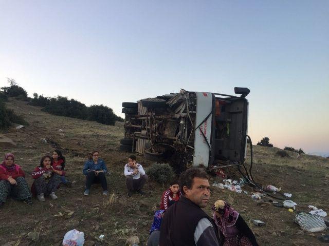 Manisa'da tarım işçilerini taşıyan servis devrildi: 26 yaralı