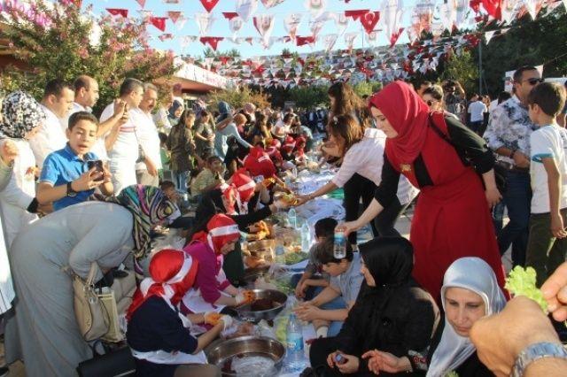 Şanlıurfa'da 300 kişi aynı anda çiğköfte yoğurdu