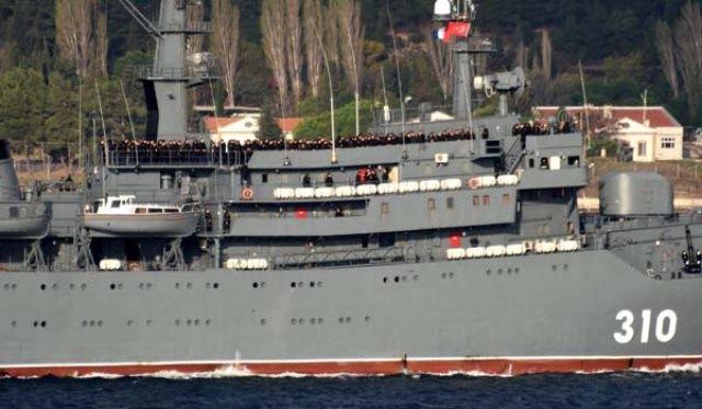 Rus savaş gemisi, güvertesi asker dolu şekilde geçti
