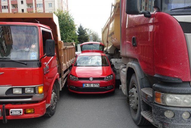 Kadın sürücü şoka girdi! İki kamyonun arasında...