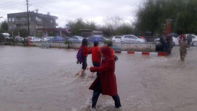 Şiddetli yağışlar nedeniyle okullar tatil edildi