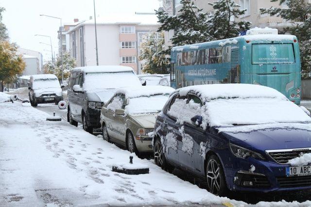 Şehir merkezi bir anda beyaza büründü! Lapa lapa kar yağdı