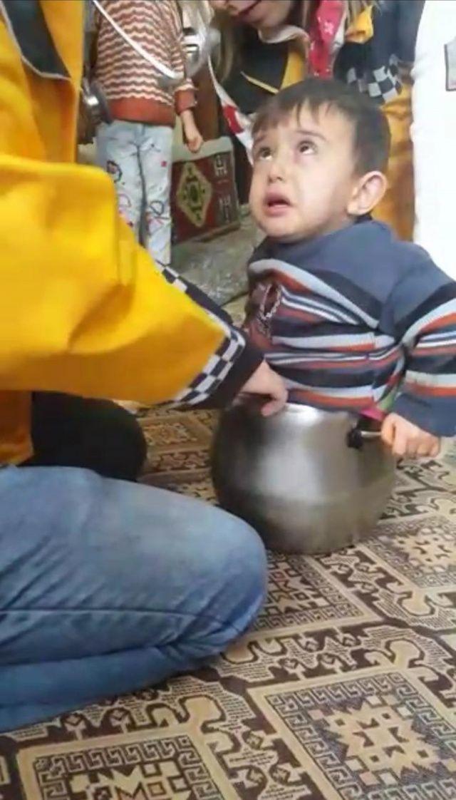 Düdüklü tencerenin içine giren çocuk böyle sıkıştı!
