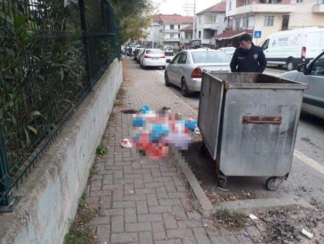 Çöp poşeti yırtılınca etrafa saçıldı! Gören şoka girdi