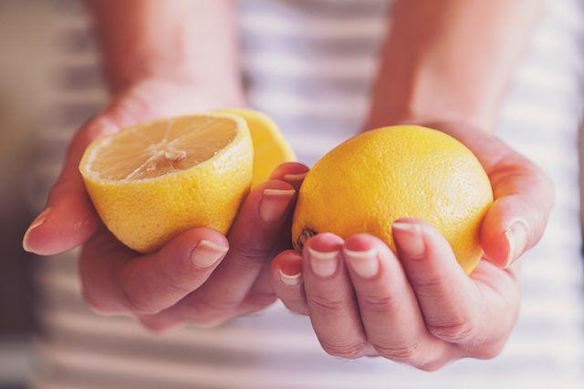 Limonu topuğunuza koyduğunuzda vücudunuzda bakın ne oluyor!