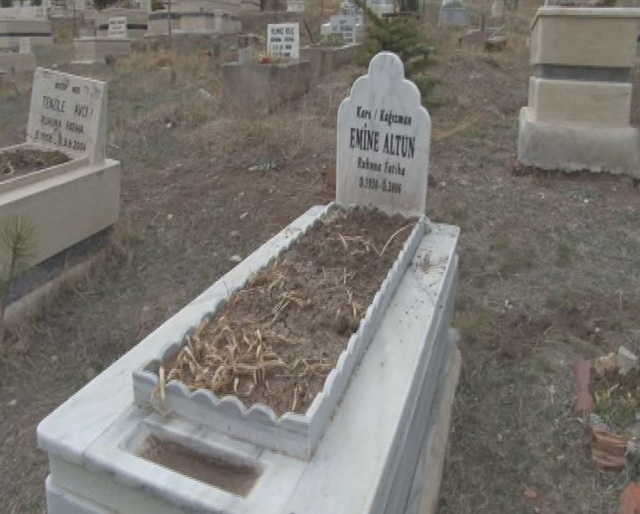 Dua etmek için gittiği annesinin mezarında hayatının şokunu yaşadı!
