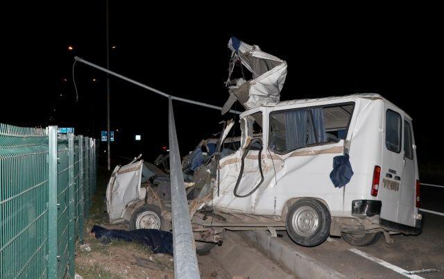Muğla'da elektrik direğine çarpan minibüs parçalandı! Çok feci...
