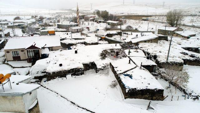 Doğu'da köyler kar altında