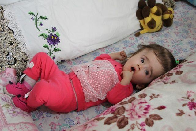 Minik Azra'nın yaşama tutunması için 16 bin lira gerekiyor