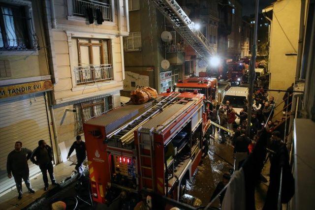 Beyoğlu'nda evler alev alev yandı, 3 kişi etkilendi