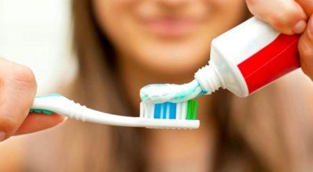 Diş fırçalarken bunlara dikkat! İşte en çok yaptığımız 10 hata