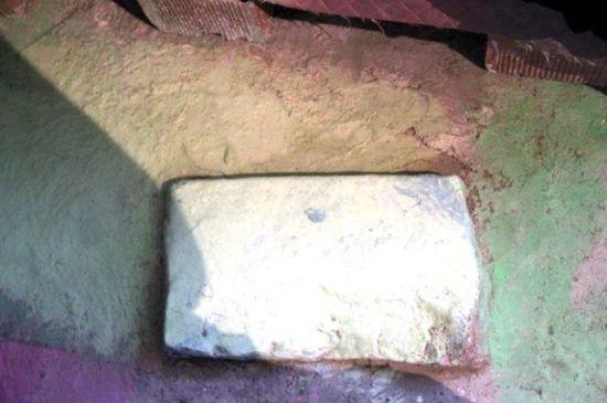 Evin ortasında taşla yaşıyorlar! 'Yer altı şehrinin girişlerinden biri olabilir'