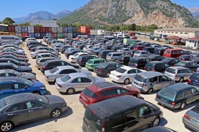 Gümrüğe takılan ve sahibi gizli tutulan 4 milyonluk lüks araç e-ihaleyle satılacak