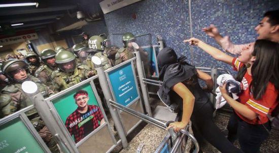 24 kuruşluk zam Şili'yi karıştırdı! 156 polis yaralandı, asker sokağa indi